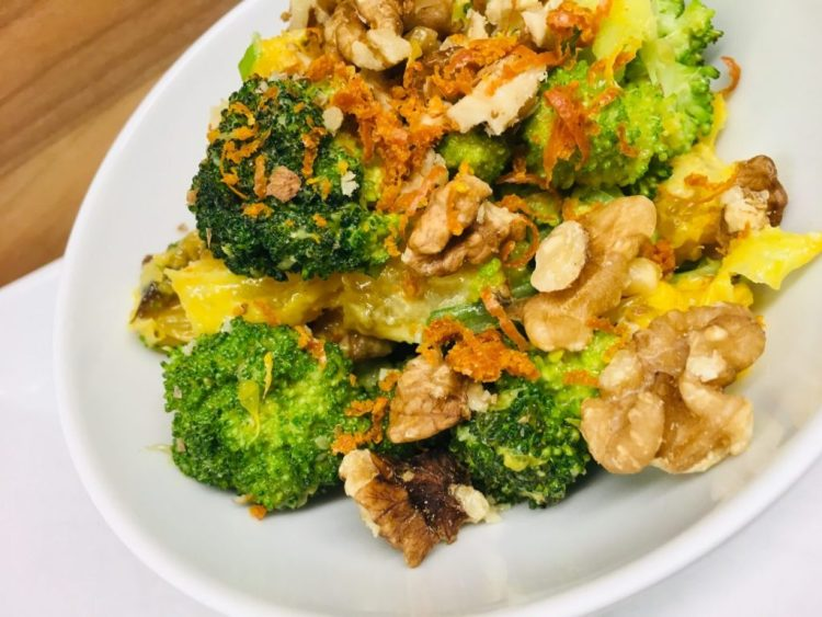 Brokkoli Salat mit Aprikosen, Orange, Walnüssen und Orangen Miso Dressing