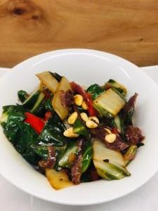 Mangold mit Rosinen, Knoblauch, Chili und Pinienkernen