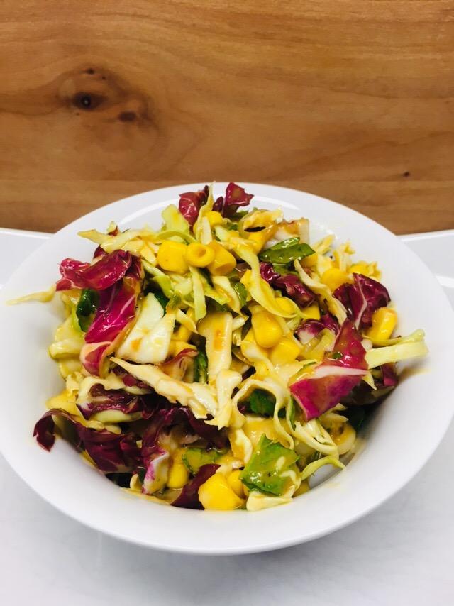 Spitzkohl Salat mit Aprikosen, Mais und Radicchio