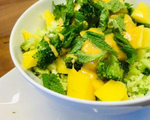 Brokkoli Mango Salat mit Bananen Curry Dressing