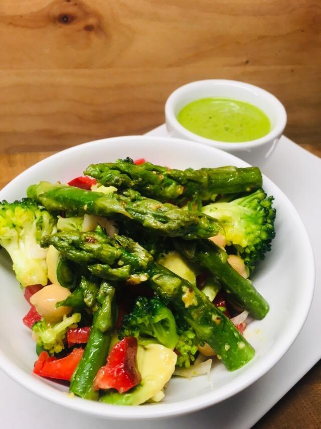 Spargel Salat mit Kichererbsen und Bärlauch Dressing
