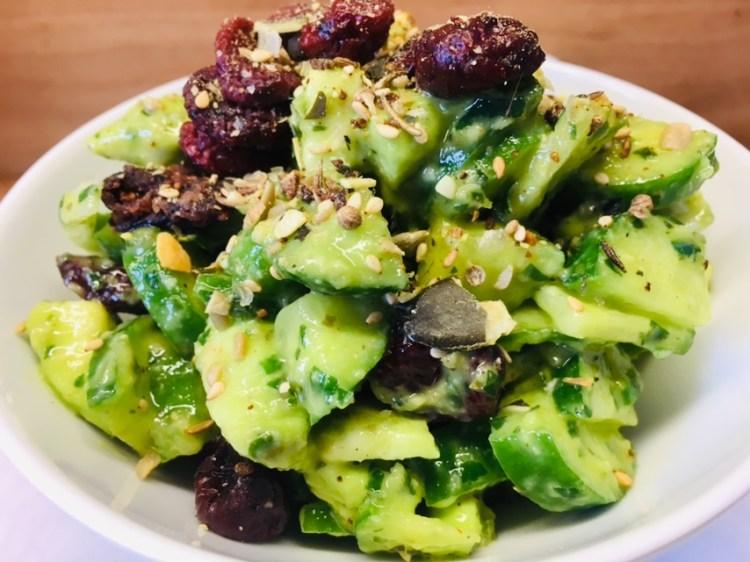Gurken Avocado Salat mit Zitronen-Kapern-Bärlauch Dressing
