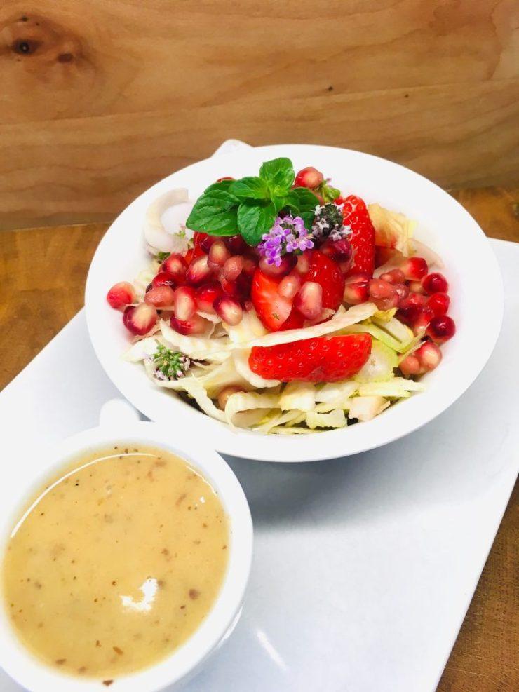 Fenchel Chicorée Salat mit Erdbeeren und Walnuss Dattel Vinaigrette