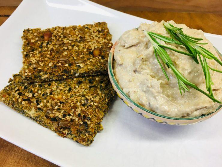 Leinsamen Cracker mit Sesam und Artischocken Hummus