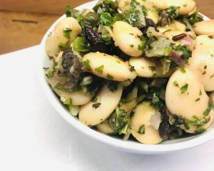 Gigantes - Griechischer Riesenbohnen Salat mit Oliven und Kapern