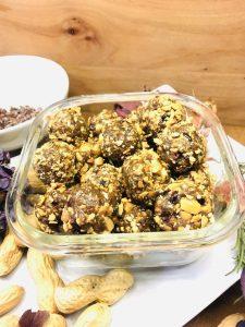 Erdnuss Dattel Energiebällchen mit Kakaonibs