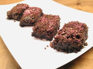 Lebkuchen Tahini Brownies mit Schokostreuseln und Rosenblüten