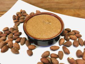 Braunes Mandelmus aus rohen oder gerösteten Mandeln