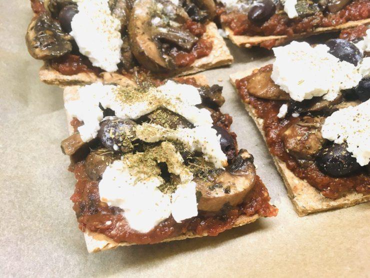 Buchweizen Pizza mit Tomaten Dattel Sauce und marinierten Champignons