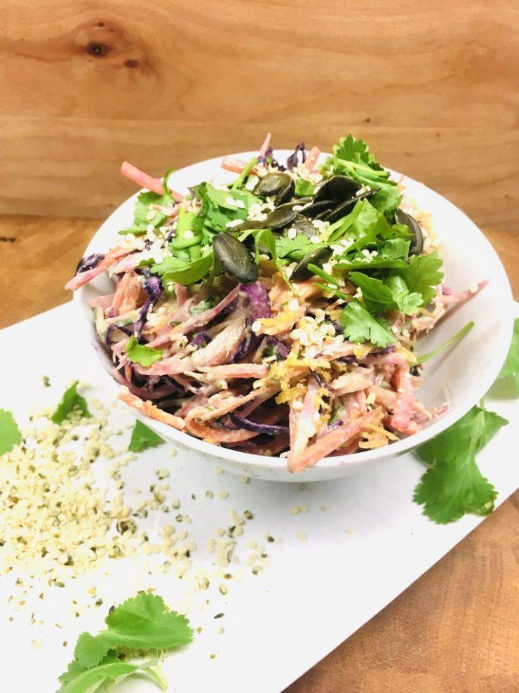 Krautsalat aus Rotkohl und Ringel Bete mit Avocado Hanf Dressing