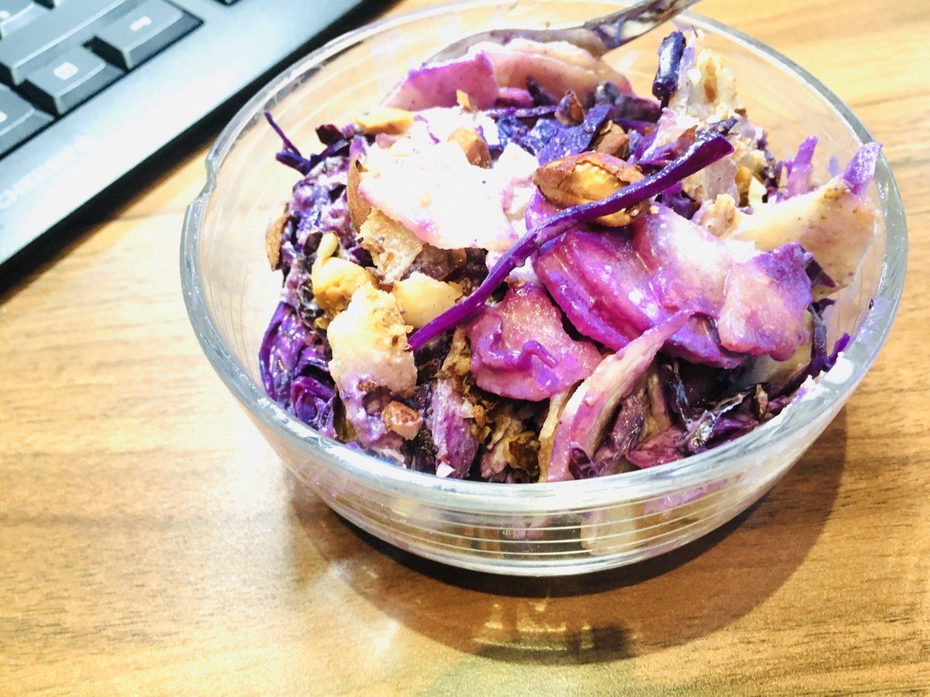 Rohkost Rotkohl Salat mit Birne und Mandel Miso Dressing