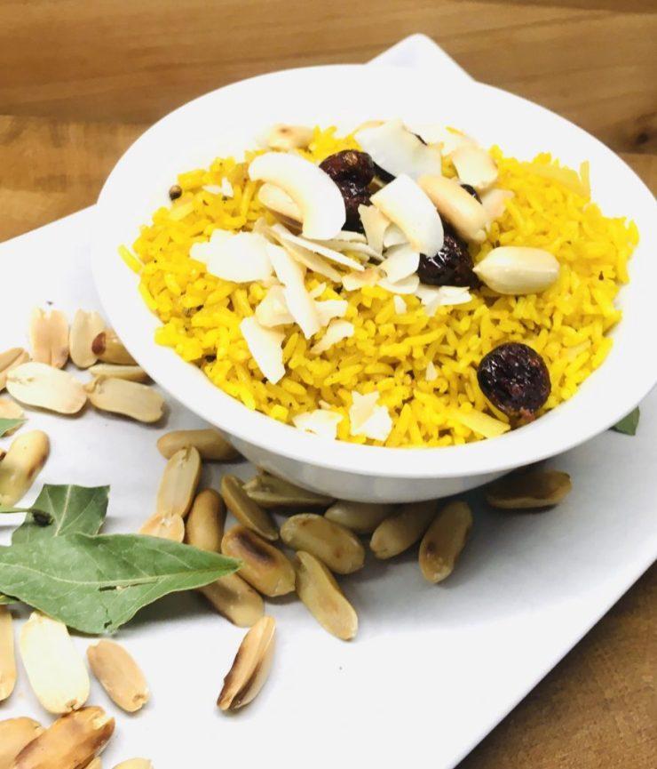 Ayurvedischer Gewürzreis mit Erdnüssen, Cranberries und Kokosnussraspeln