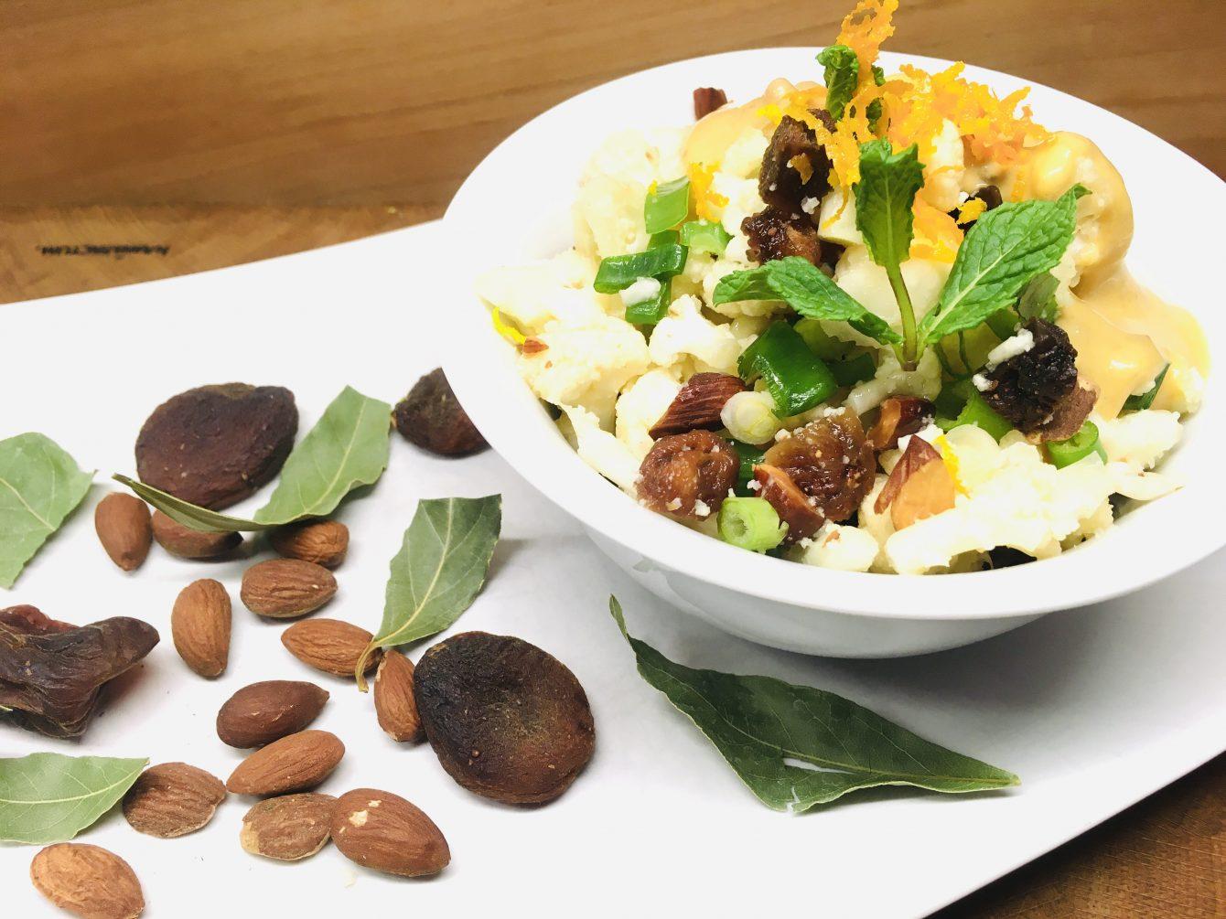 Rohkost Blumenkohl Salat mit Aprikosen Mandel Dressing