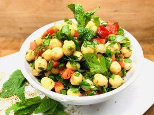 Kichererbsen Salat mit Paprika und Zitronen Tahini Dressing
