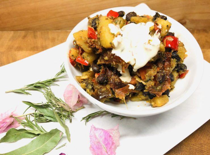 Röstkartoffeln mit Paprika und schwarzen Bohnen und Tahini Sauce