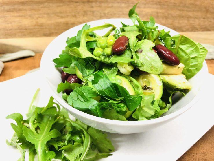 Zucchini Salat mit Kidneybohnen und grünen Erbsen