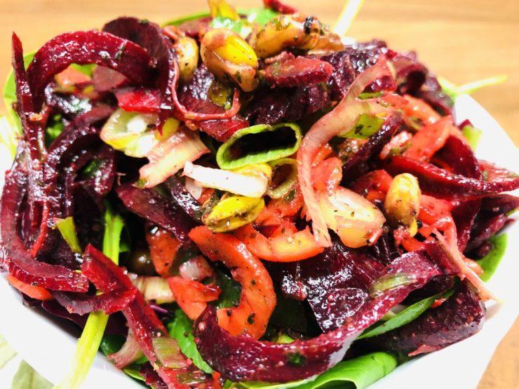 Karotten und Rote Bete Salat mit Spinat und Sprossen