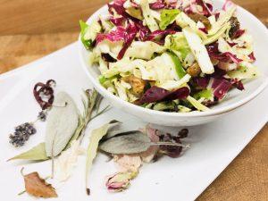 Spitzkohl Radicchio Salat mit Aprikosen Senf Dressing