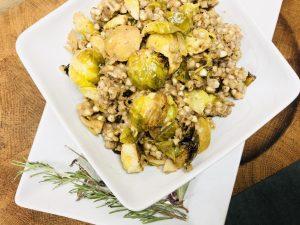 Buchweizen Salat mit geröstetem Rosenkohl in Honig Senf Marinade
