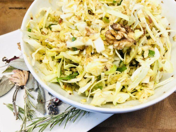 Spitzkohl Apfel Salat mit Walnüssen
