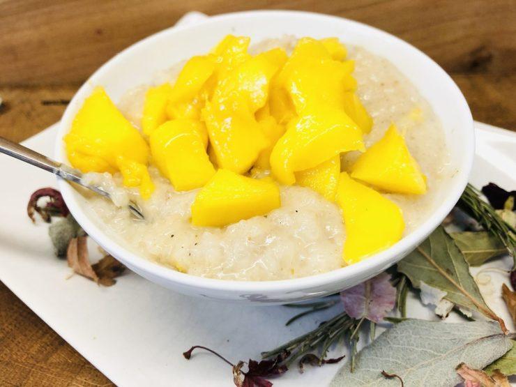 Sticky Reis Porridge mit Mango