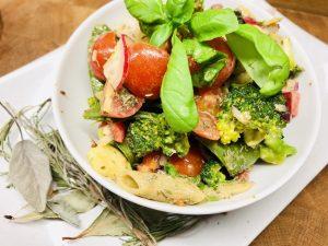 Bunter Pasta Salat mit Gartengemüse