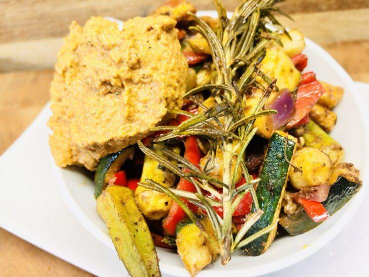 Ofen Gemüse mit Balsamico und Tomaten Zucchini Hummus