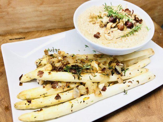 Gebratener Haselnuss Chili Spargel mit Haselnuss Hummus