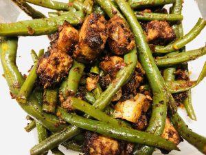 Grüne Bohnen mit Erdnüssen und knusprigem Erdnuss Miso Tofu