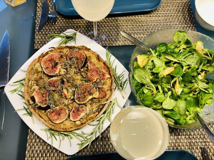 Zwiebelkuchen mit Federweißer und Feldsalat