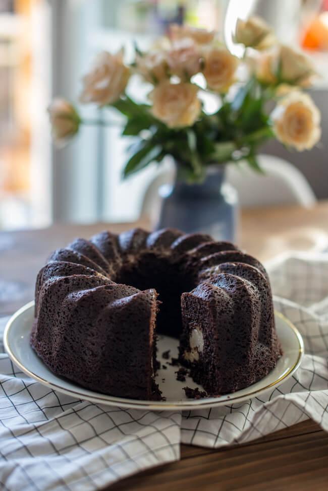 Brownie Gugelhupf mit Cheesecake Swirl aufgeschnitten