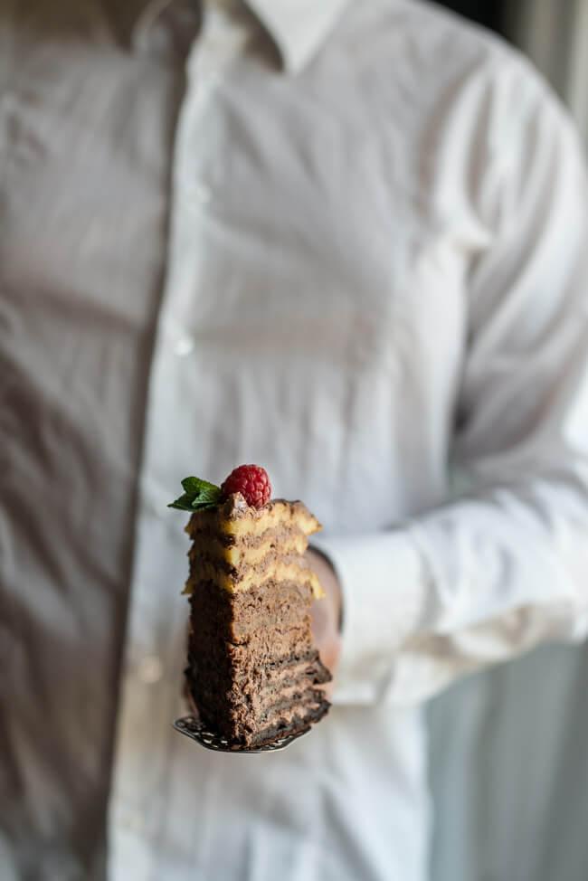 Ein Stück Ombre Waffel Törtchen auf Kuchenschaufel