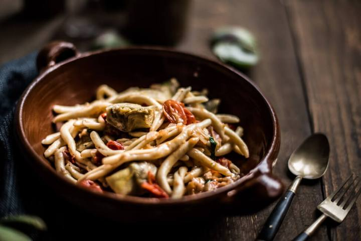 Tivoli Pasta mit Artischocken, Tomaten und Parmesan in rustikaler Tonschale