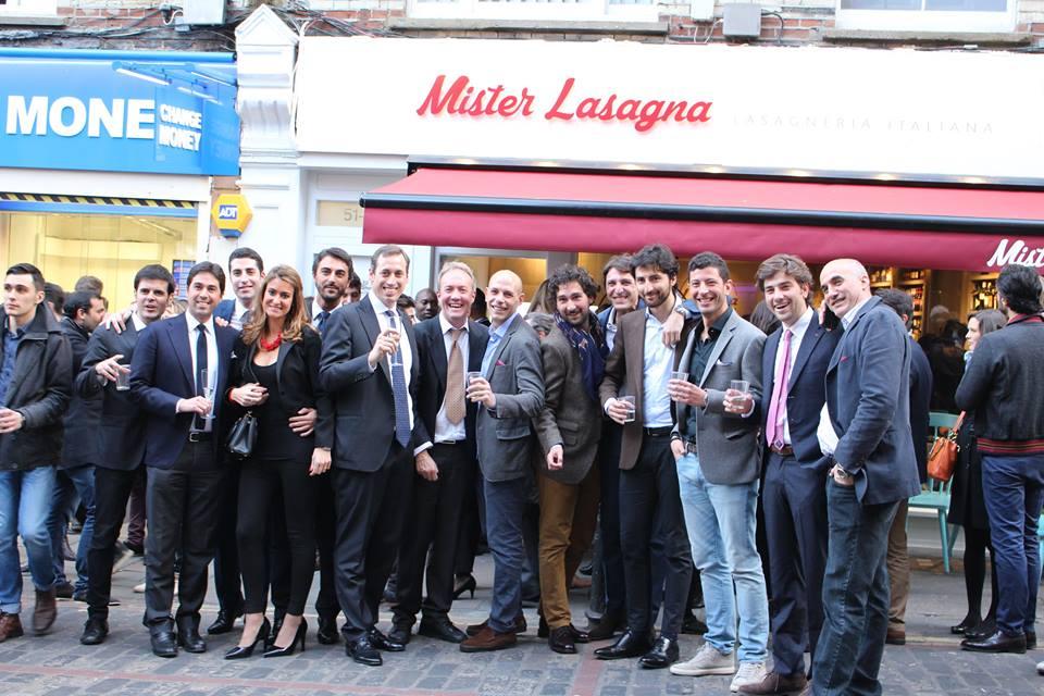 Alessandro Limone con tutti i soci di Mister Lasagna