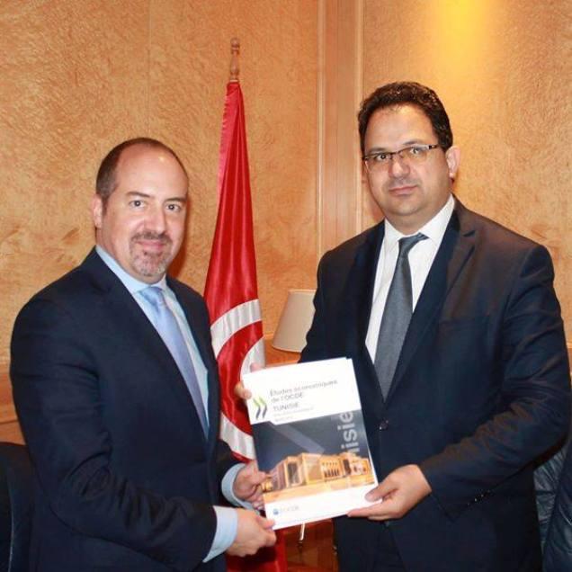 Zied Laadhari, ministre du Développement, de l'investissement et de la coopération internationale (à droite) et Alvaro Pereira, économiste en chef de l'OCDE.