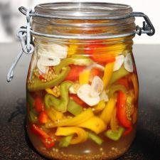 Eingemachtes Sauergemüse Paprika und Knoblauch