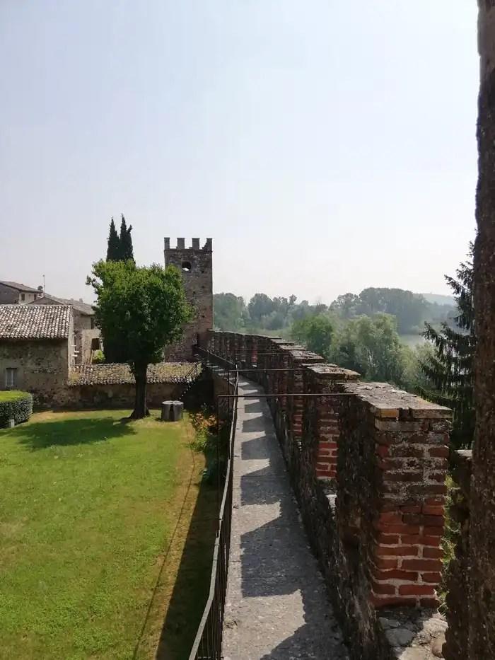 Castellaro Lagusello camminamento lungo le mura a Villa Arrighi