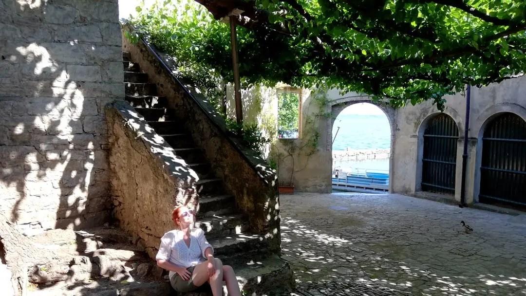 Punta San Vigilio: il piccolo borgo di Garda con l'antico porticciolo e la famosa Baia delle Sirene