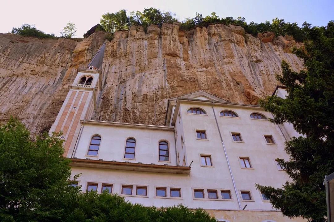 Il Santuario della Madonna della Corona, la Chiesa nella roccia del Lago di Garda:
