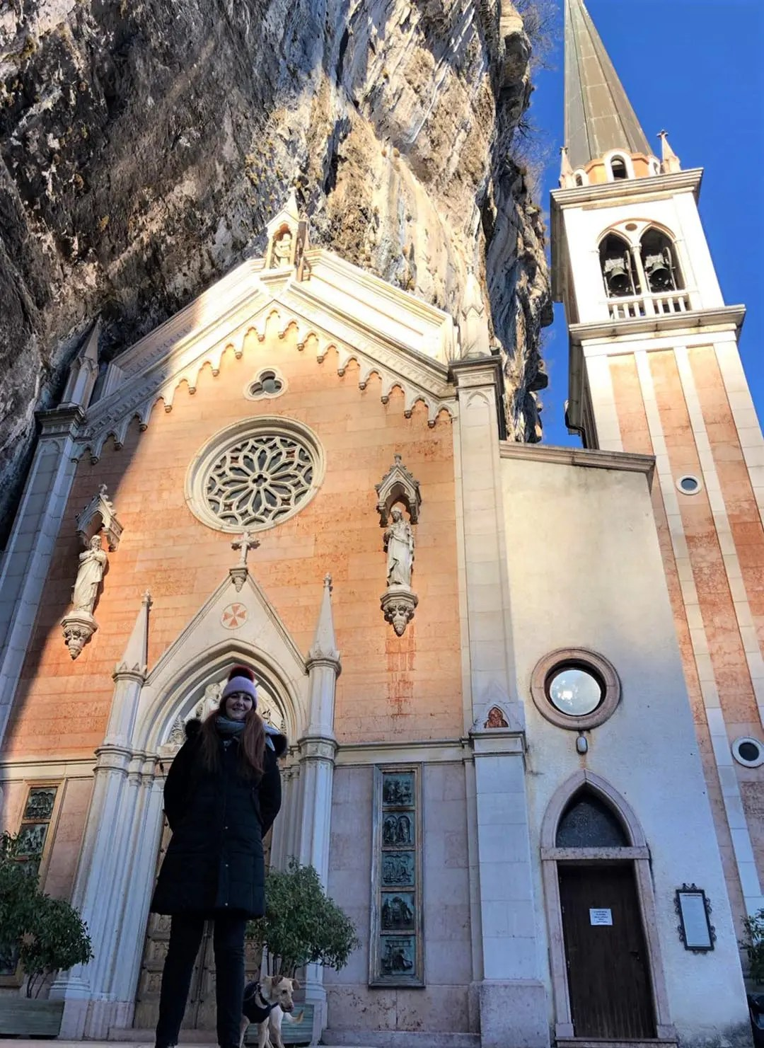 La Travel Blogger Roberta Ferrazzi al Santuario Madonna della Corona di Spiazzi, Monte Baldo.