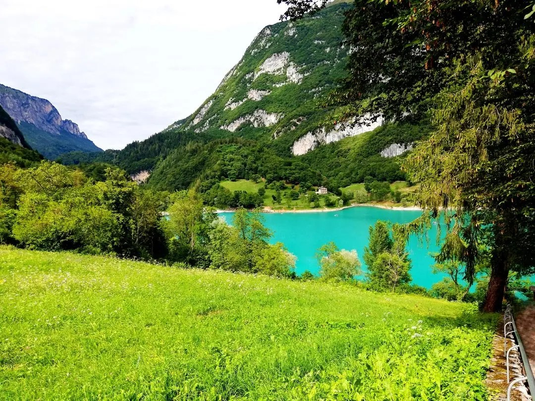 La scalinata del Lago di Tenno in Trentino