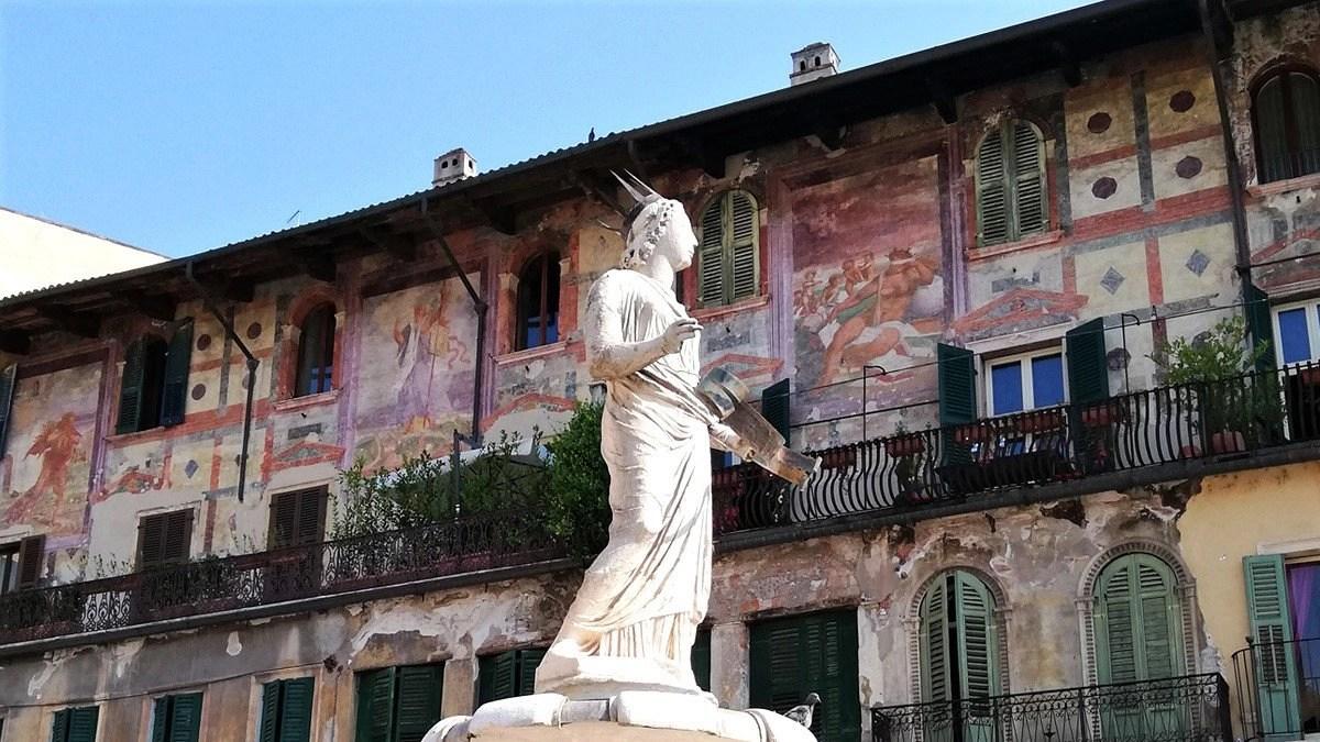 You are currently viewing Piazza delle Erbe a Verona: 11 cose da vedere nella piazza più antica della città patrimonio UNESCO del Veneto