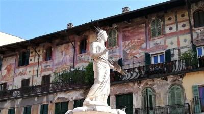 Read more about the article Piazza delle Erbe a Verona: 11 cose da vedere nella piazza più antica della città patrimonio UNESCO del Veneto