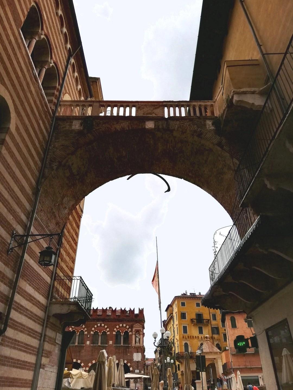 Arco della Costa a Verona - Piazza delle Erbe