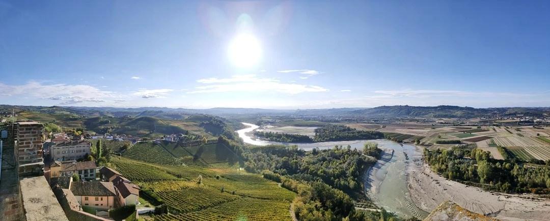 Vista dalla Torre di Barbaresco del fiume Tanaro e delle Langhe