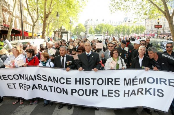 """Une manifestation de soutien aux """"harkis"""" dans les rues de Paris le 12 mai 2013 / PIERRE VERDY / AFP PHOTO."""
