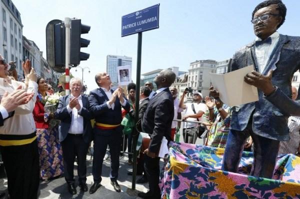 André Flahaut (3e à gauche) et le maire de Bruxelles Philippe Close lors de l'ouverture de la place 'Square Patrice Lumumba' en juin 2018 à Bruxelles, en l'honneur de Patrice Emery Lumumba, héros de l'indépendance et premier dirigeant du Congo. BELGA PHOTO NICOLAS MAETERLINCK