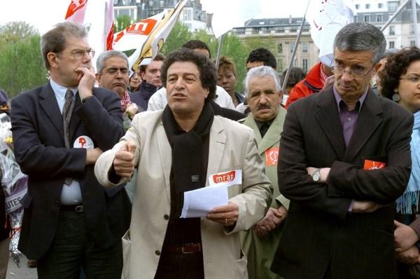 Mouloud Aounit (C), le 01 mai 2006, sur le pont du Carrousel à Paris, tenant un discours en mémoire de Brahim Bouarram, jeune Marocain mort, en 1995, noyé dans la Seine après y avoir été jeté par des manifestants du Front national.