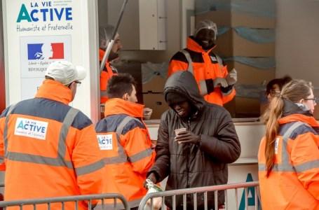 La distribution alimentaire aux migrants, désormais interdite (22 septembre 2020) au centre-ville de Calais.