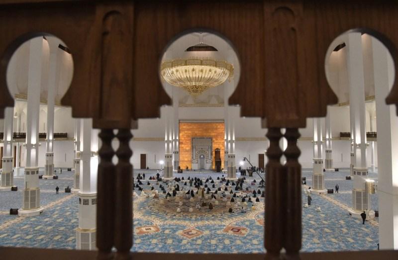 La grande mosquée d'Alger: Vue sur la salle de prière et le mihrab.